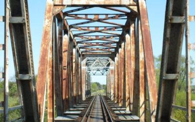 Remont mostu kolejowego w miejscowości Strabla